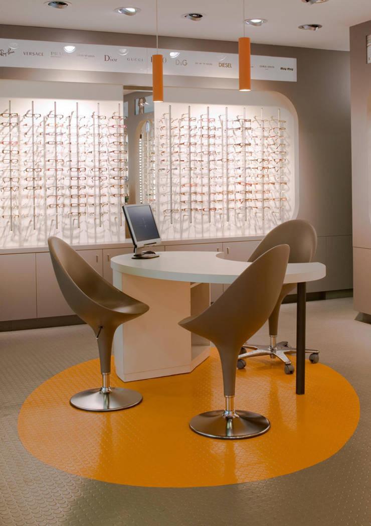 Interiorismo comercial – MultiOpticas: Oficinas y tiendas de estilo  de Molins Interiors