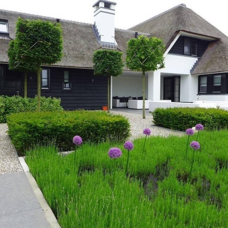 Landelijke Vila :  Tuin door Hendriks Hoveniers