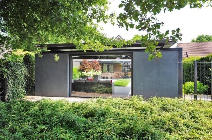 Vrijstaande woning met uitzicht over het landschap :  Tuin door Hendriks Hoveniers