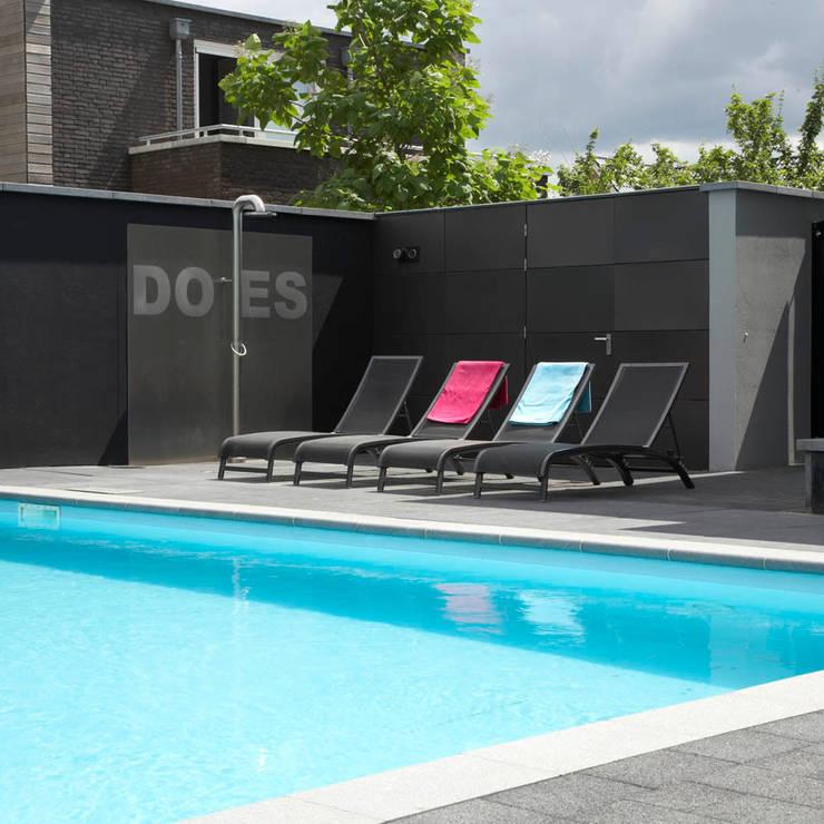 Luxe van een zwembad en tuindouche :  Tuin door Hendriks Hoveniers