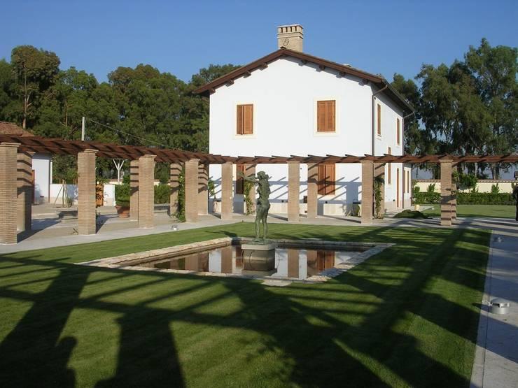 Podere in Pontinia (Latina): Case in stile In stile Country di Studio Racheli Architetti