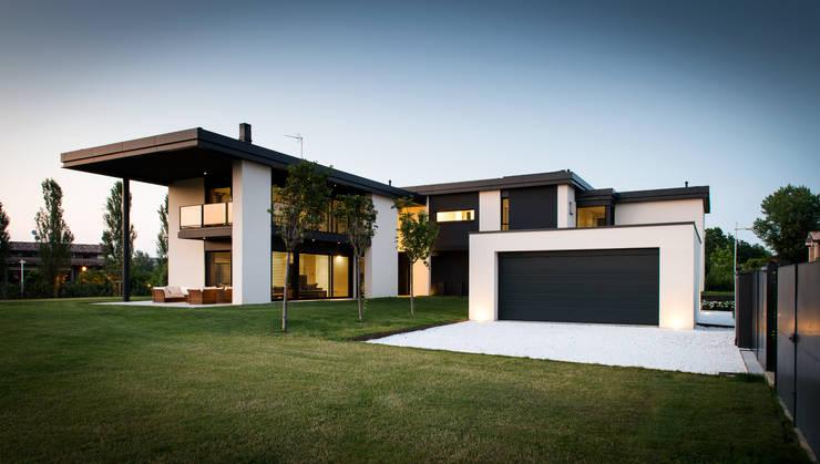 Villa T: Case in stile in stile Moderno di atelier35