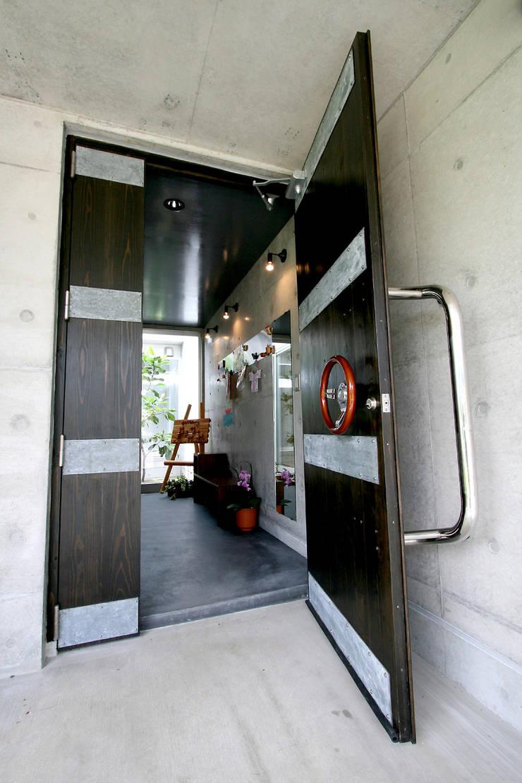 エントランスドア: Arms DESIGNが手掛けた窓です。