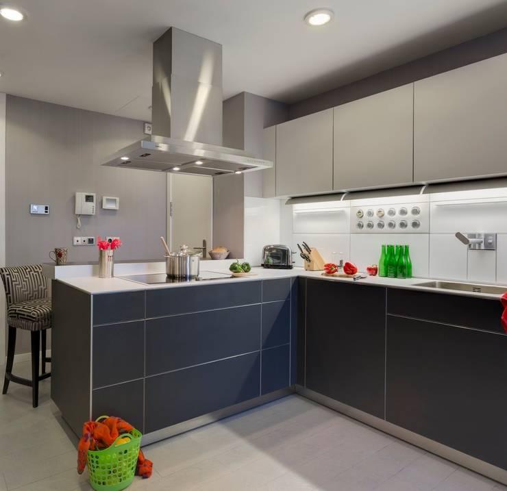 A modern, compact, practical yet stylish grey kitchen.:  Kitchen by Design by Deborah Ltd