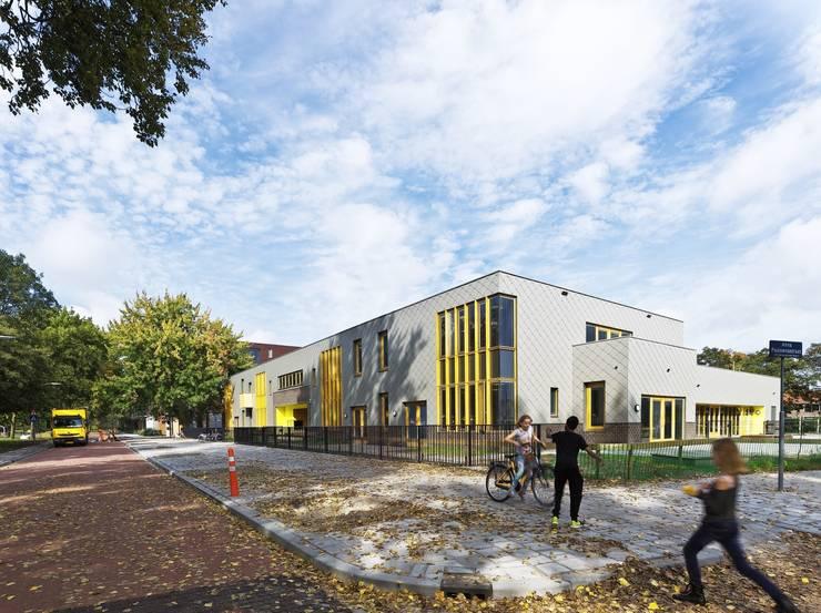 Gevel aan de Nassauweg (Foto: Petra Appelhof):  Scholen door Ector Hoogstad Architecten, Modern