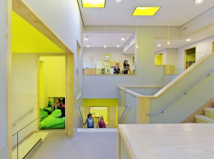 Centrale trappartij (Foto: Petra Appelhof):  Scholen door Ector Hoogstad Architecten, Modern
