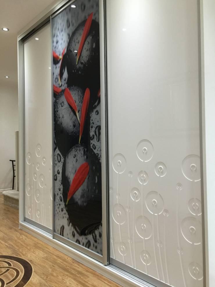Modern sliding door wardrobe in hallway:  Corridor, hallway & stairs by Sliding Wardrobes World Ltd