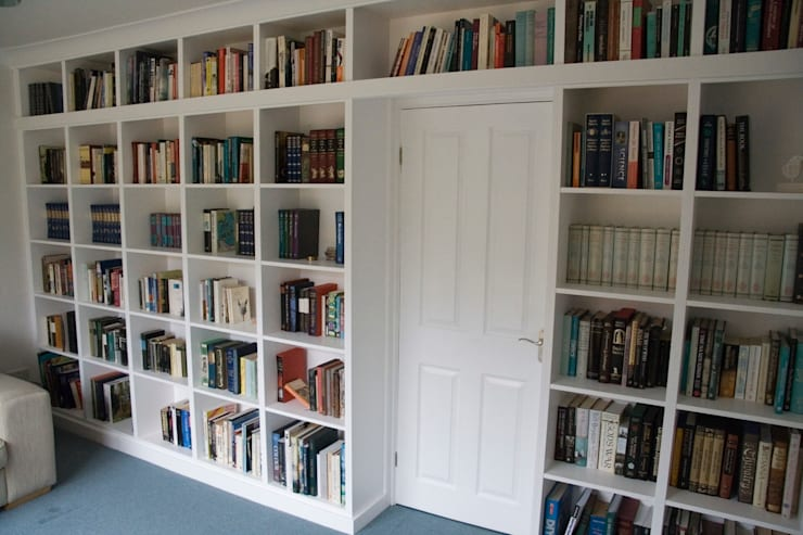 Fitted bookshelves around doorway:  Study/office by Freebird Fitted Furniture