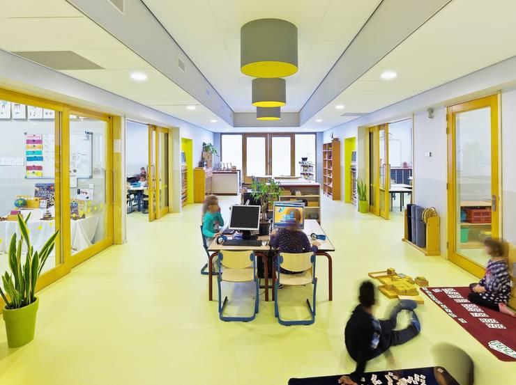 Onderwijscluster eerste verdieping (Foto: Petra Appelhof) :  Scholen door Ector Hoogstad Architecten, Modern