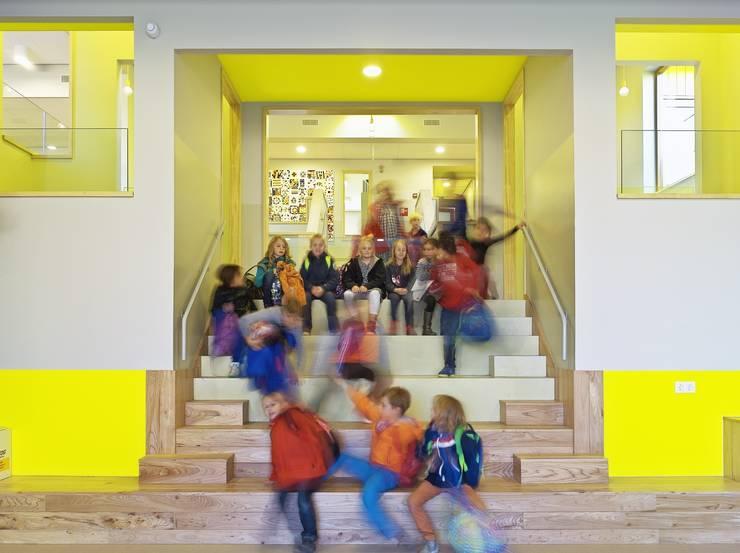 Centrale trap (Foto: Petra Appelhof):  Scholen door Ector Hoogstad Architecten, Modern