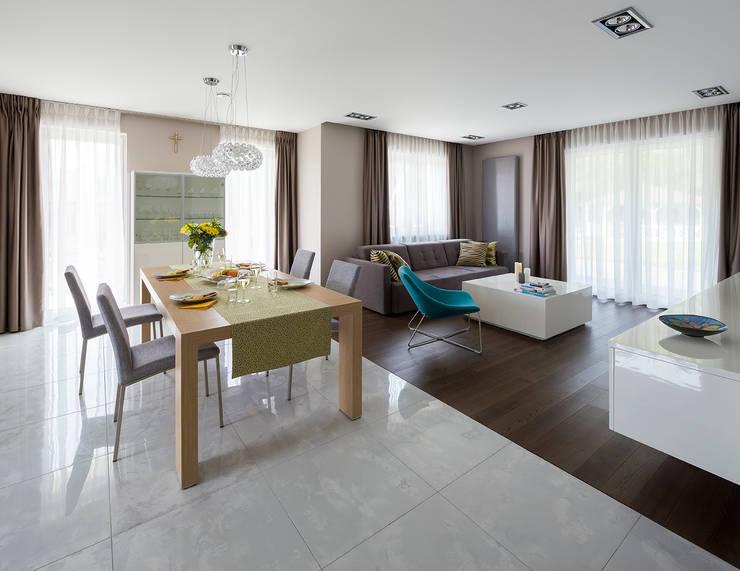 Kolorowy minimalizm: styl , w kategorii Salon zaprojektowany przez Pracownia Projektowa Poco Design,