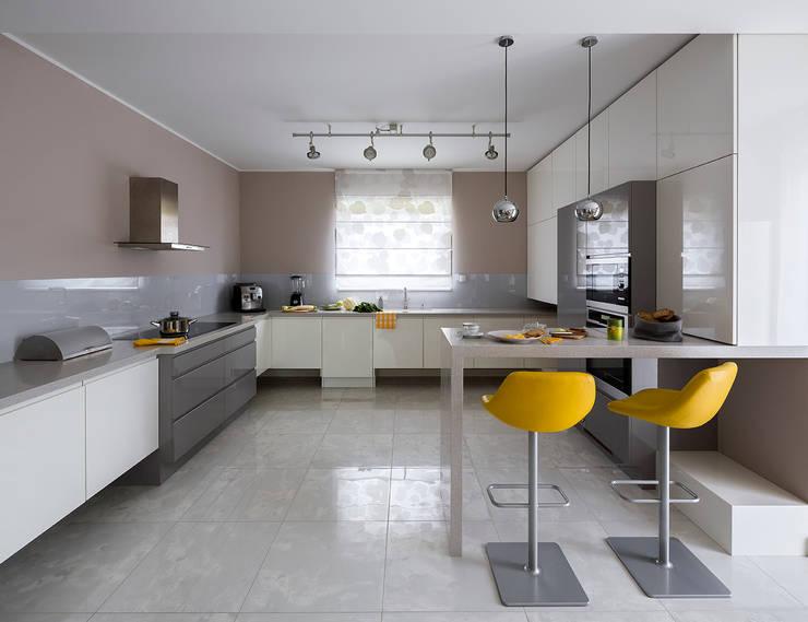 Kolorowy minimalizm: styl , w kategorii Kuchnia zaprojektowany przez Pracownia Projektowa Poco Design,