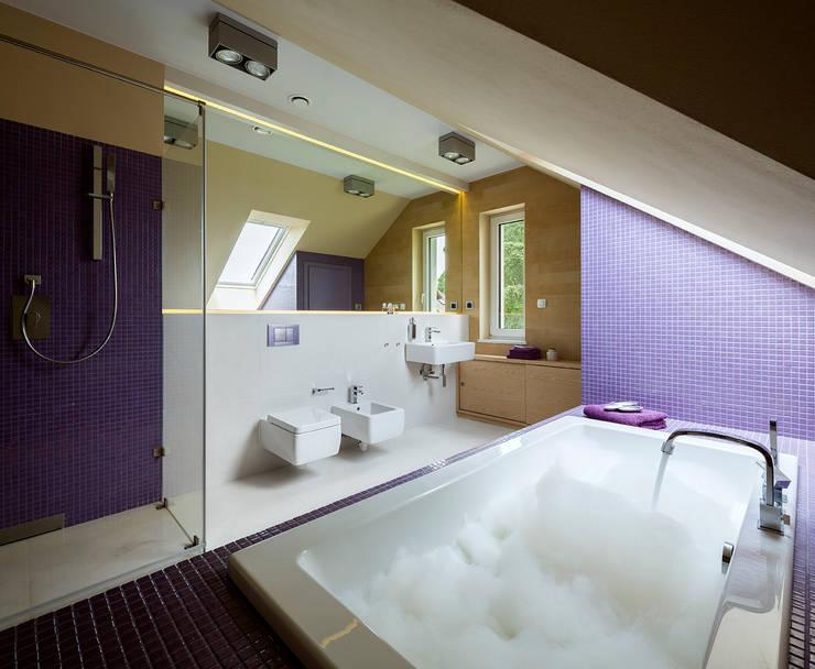 Kolorowy minimalizm: styl , w kategorii Łazienka zaprojektowany przez Pracownia Projektowa Poco Design,