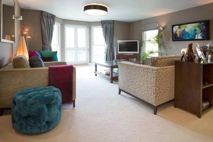 Riverside Property:  Living room by Design by Deborah Ltd