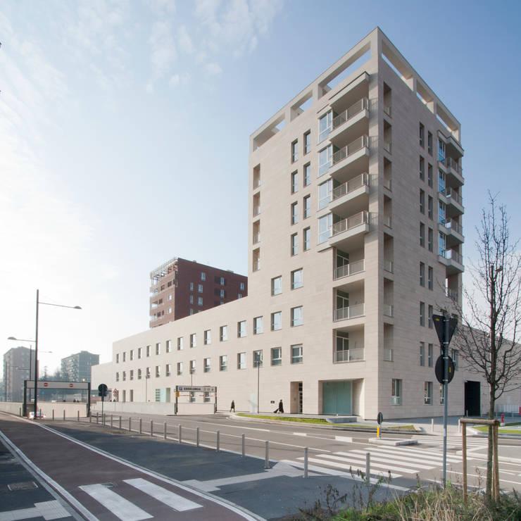 Foto dell'edificio C tra via Cervignano e via Cena: Pareti in stile  di Studio di Architettura Fabio Nonis