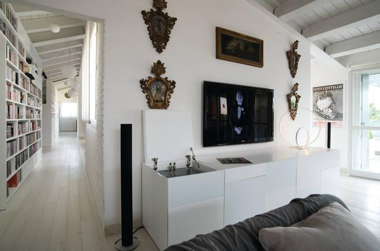 Loft  a Modena: Soggiorno in stile in stile Moderno di ZPZ PARTNERS