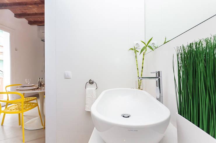 Modern bathroom by MARIA JOSE ENERGICI P. Modern