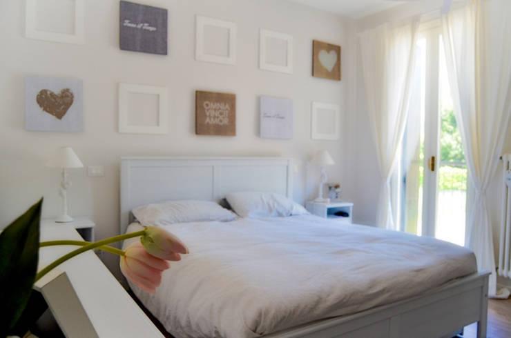 Casa RC: Camera da letto in stile in stile Moderno di Sandro Rai