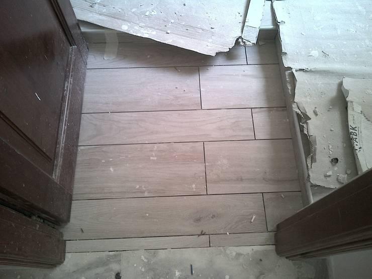Bagno di servizio: Pavimento finto legno : Pareti & Pavimenti in stile  di Roberta Rose