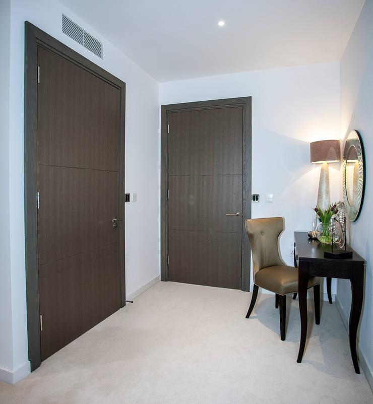 Luxury Residential:  Corridor & hallway by trulli Design
