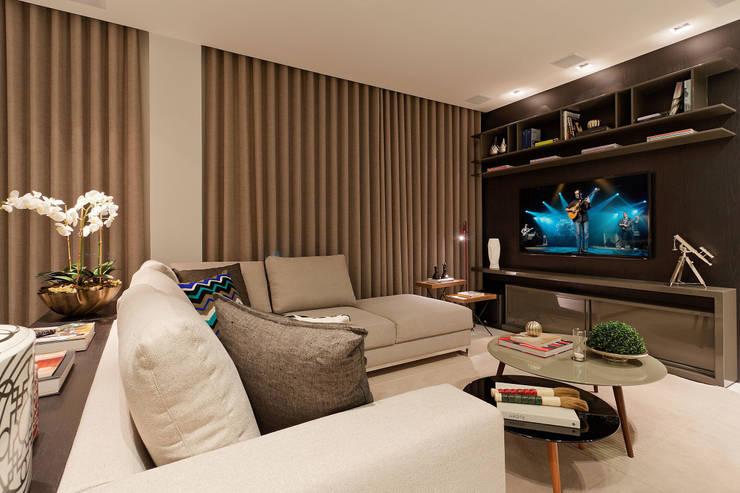 Apartamento Vila Grimm: Salas multimídia modernas por LEDS Arquitetura