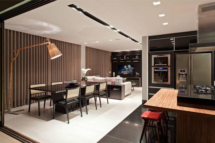 Apartamento Vila Grimm: Salas de jantar  por LEDS Arquitetura