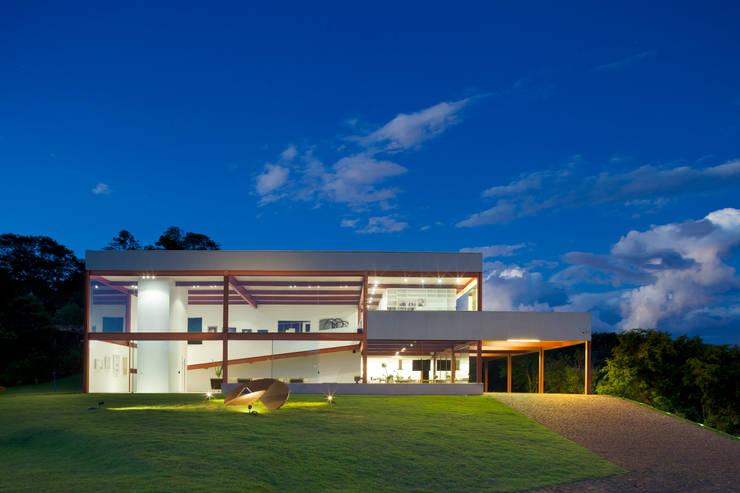 Fachada frontal: Casas  por Denise Macedo Arquitetos Associados