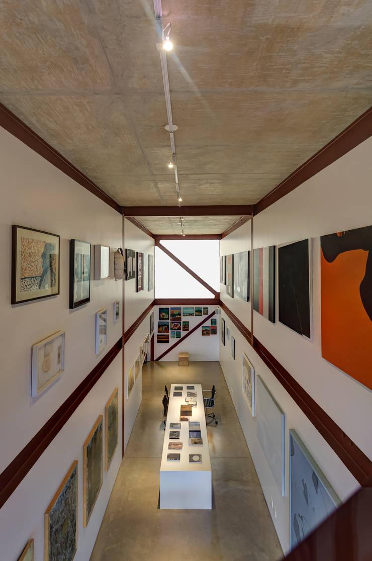 Galeria Corredores, halls e escadas minimalistas por Denise Macedo Arquitetos Associados Minimalista