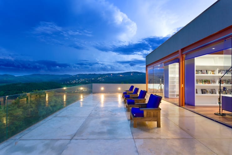 Terraço 2º pavimento para apreciação do entorno: Terraços  por Denise Macedo Arquitetos Associados