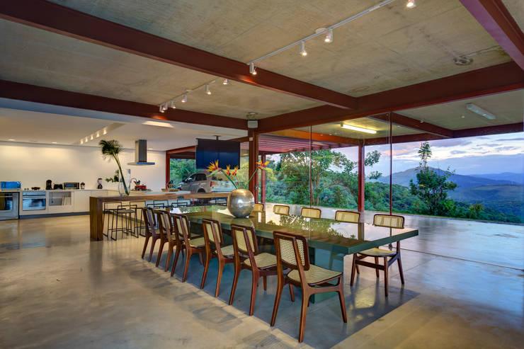 Sala jantar: Salas de jantar ecléticas por Denise Macedo Arquitetos Associados