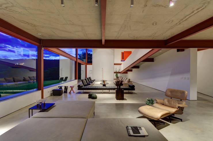 Sala Estar - Living: Sala de estar  por Denise Macedo Arquitetos Associados