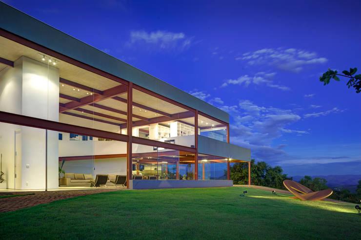 Vista fachada frontal: Casas  por Denise Macedo Arquitetos Associados