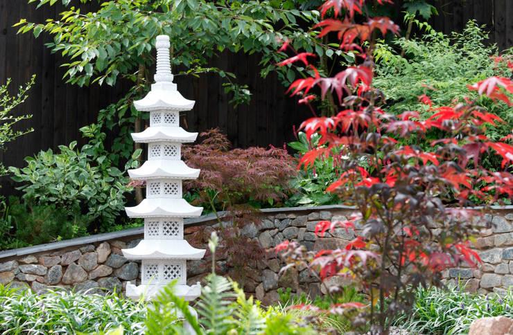 Go Ju No Tou pagoda lantern:  Garden  by Lush Garden Design