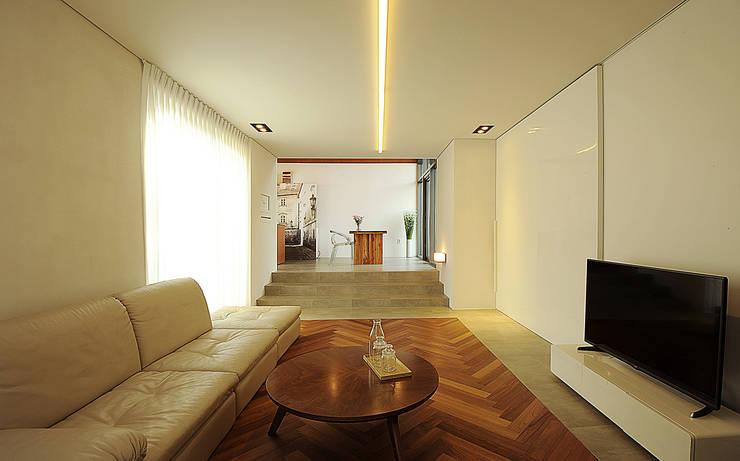 W + house: 백에이어소시에이츠의  거실