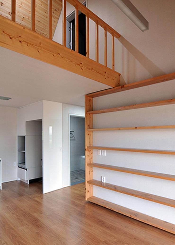 남원 백일리 주택: (주)오우재건축사사무소 OUJAE Architects의  거실,모던