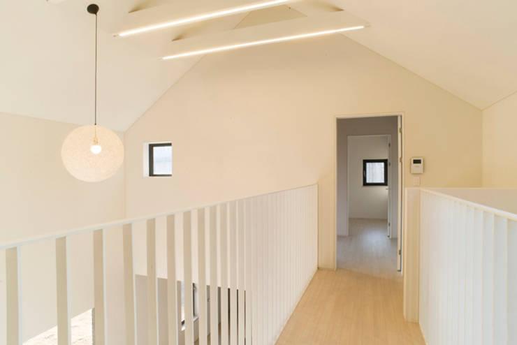 대전 하기동 주택: (주)오우재건축사사무소 OUJAE Architects의  거실