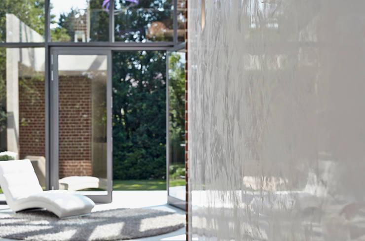Paredes y pisos de estilo moderno de 28 Grad Architektur GmbH Moderno
