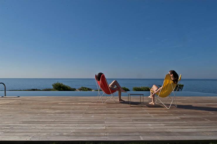 L'eau de la piscine de la même couleur que la mer: Piscines  de style  par MOA architecture