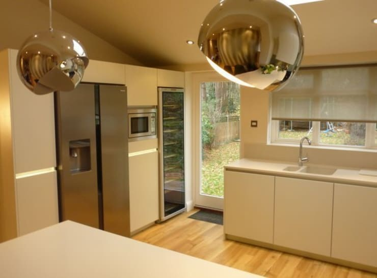 Modern Family kitchen extension:  Kitchen by JMdesign