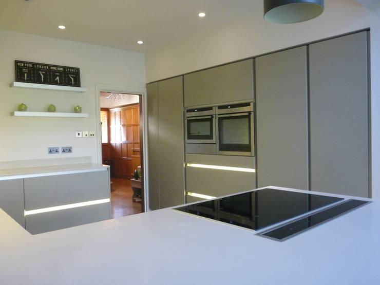 Modern Kitchen  Refurbishment and Extension:  Kitchen by JMdesign