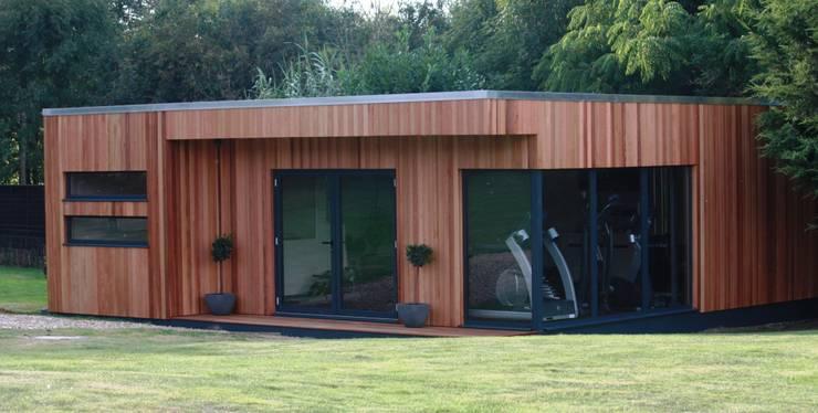 Magnificent garden office and gymnasium suite โดย The Swift Organisation Ltd โมเดิร์น