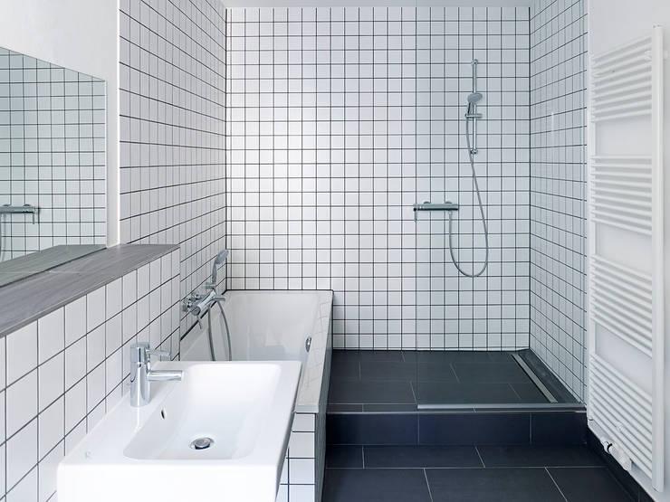 Raumausnutzung:  Badezimmer von quartier vier Architekten Landschaftsarchitekten