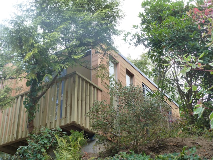 Overhanging the river bank to maximise the views .150mm SIPS built Garden Box.:  Garden by sales94