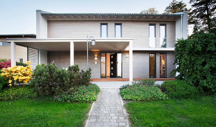 Ansprechende Eingangslösung samt integriertem Carport:  Häuser von Sonnleitner Holzbauwerke GmbH & Co. KG