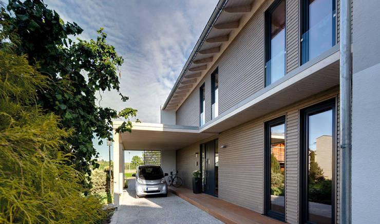 Carport mit Stromtankstelle - mit dem zuviel erzeugten Strom kann hier das E-Mobil betankt werden.:  Häuser von Sonnleitner Holzbauwerke GmbH & Co. KG