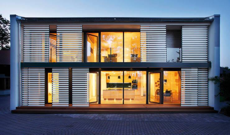 Lamellen-Beschattung am der Südseite. :  Häuser von Sonnleitner Holzbauwerke GmbH & Co. KG