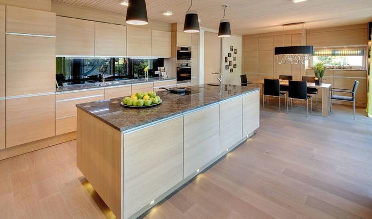 Multifunktionale Küche, gefertigt von Sonnleitner:  Küche von Sonnleitner Holzbauwerke GmbH & Co. KG