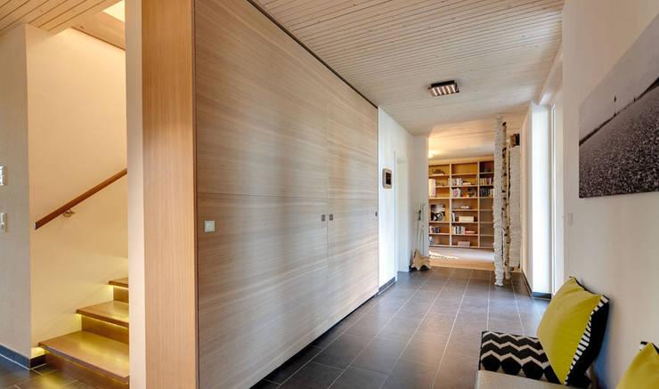 Offener Flur (Schiebewand im Hintergrund geöffnet):   von Sonnleitner Holzbauwerke GmbH & Co. KG