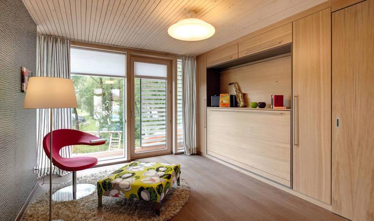 Camera da letto in stile in stile Moderno di Sonnleitner Holzbauwerke GmbH & Co. KG
