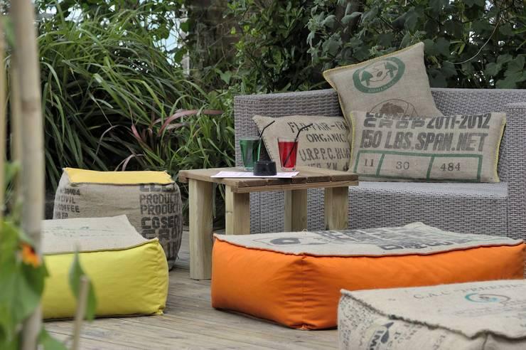 Coussins et poufs en toile de jute et coton coloré: Balcon, Veranda & Terrasse de style de style eclectique par Cabane indigo